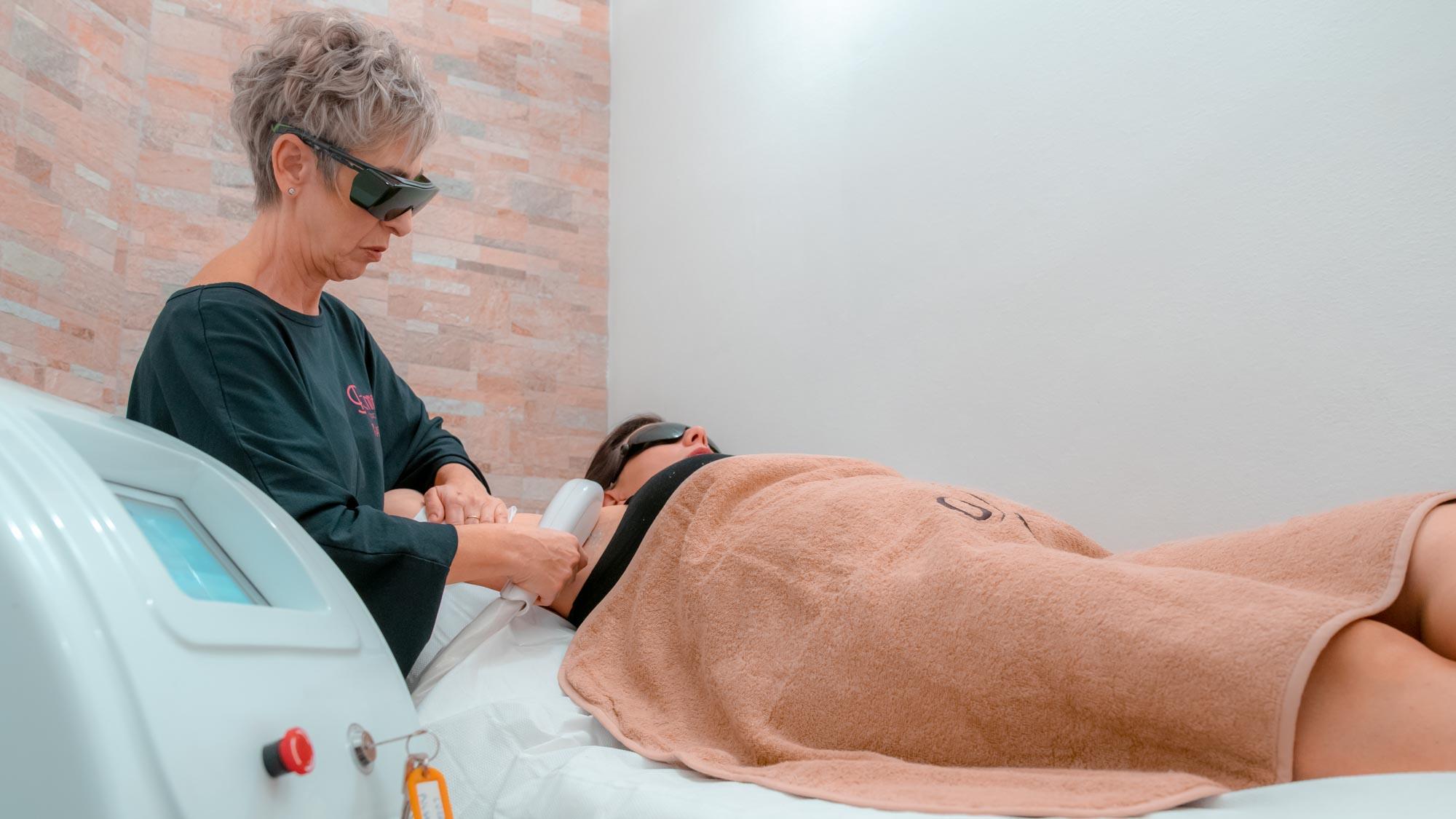 Donna In epilazione laser
